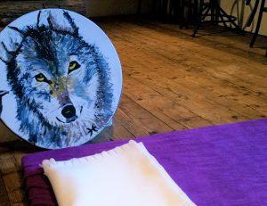 Een ocean-drum met een opgeschilderde wolf voor een ,mat.
