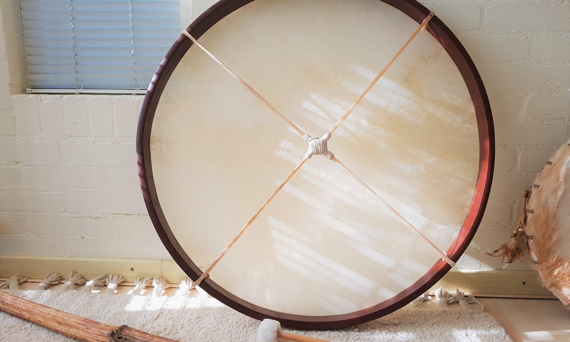 Een gong-drum tegen een muur.