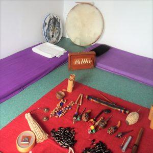 Een foto van de verschillende soorten instrumenten die gebruikt worden bij klankontpsanning.