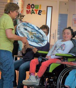 Tonny gebruikt de ocean drum bij een vrouw met een rolstoel beperking.